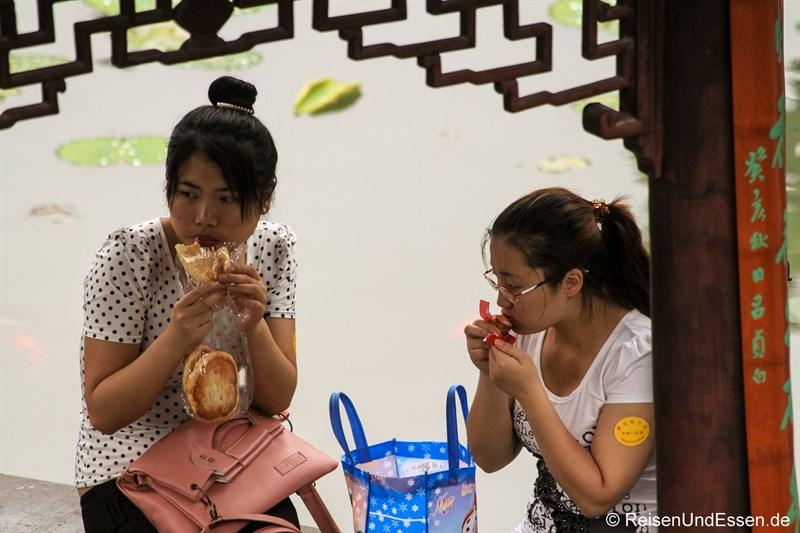 Chinesinnen im Lion Grove Garden beim Essen