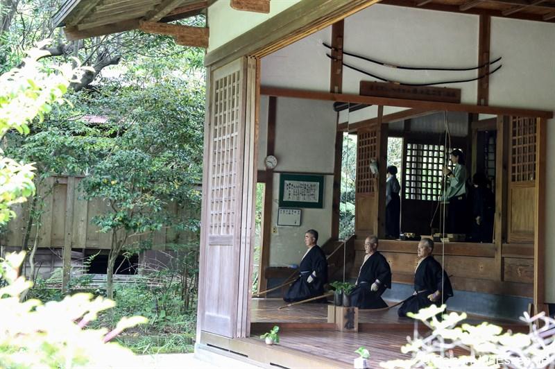 Meditatives Bogenschießen im Engaku-ji Tempel