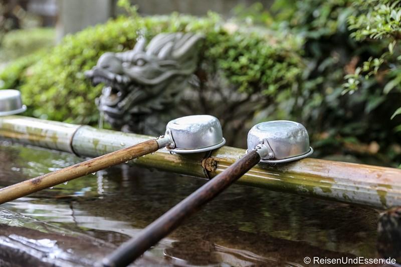 Wasser zum Reinigen beim Tempel