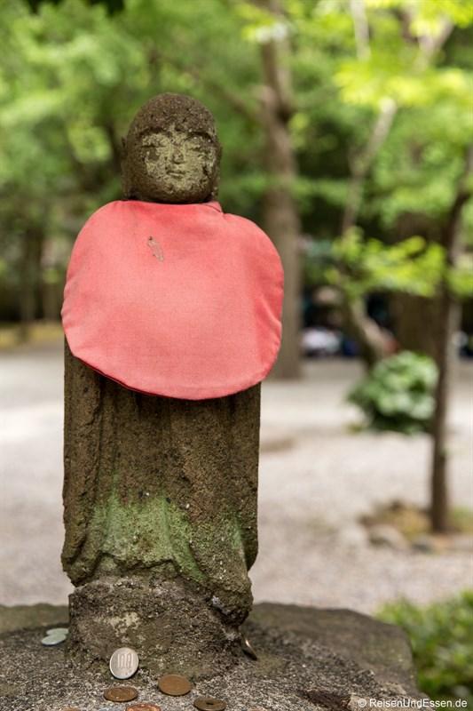 Buddhafigur mit Spenden