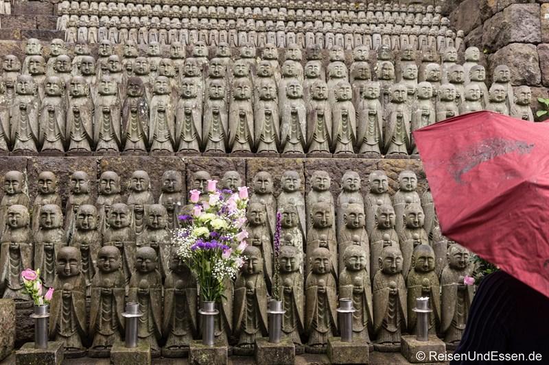 Jizo-do mit vielen kleinen Figuren