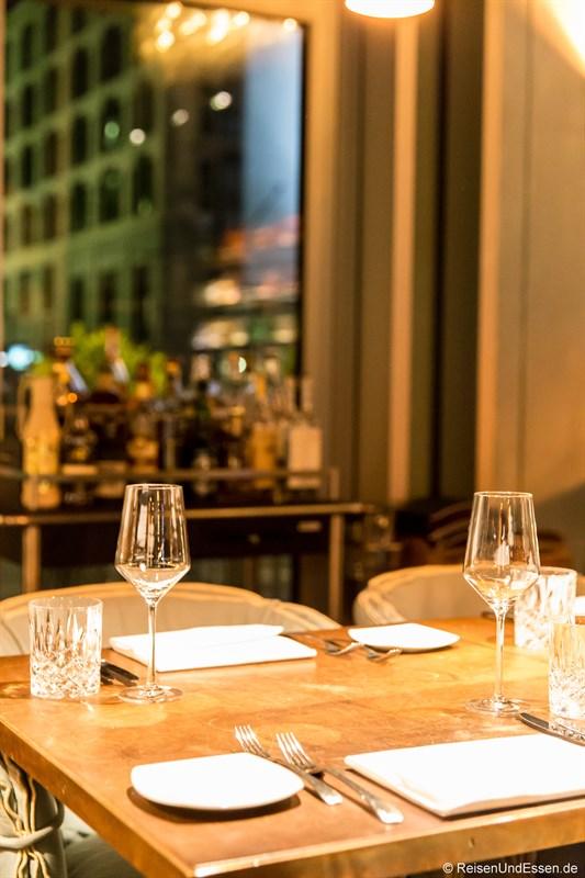 Tisch im Restaurant La Boheme