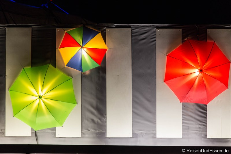 Schirme als Dekoration beim Tollwood Winterfestival