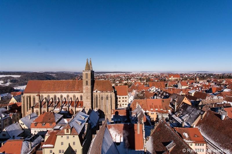 Blick vom Rathausturm auf St. Jacobs Kirche beim Rundgang in Rothenburg ob der Tauber