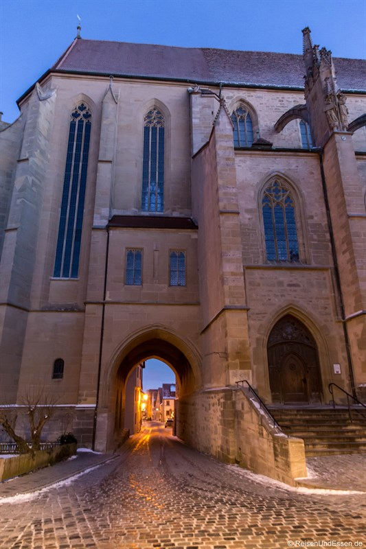 Gasse durch die St. Jacobs Kirche in Rothenburg
