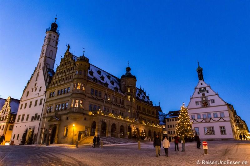 Marktplatz mit Rathaus und Ratstrinkstube in Rothenburg zur blauen Stunde