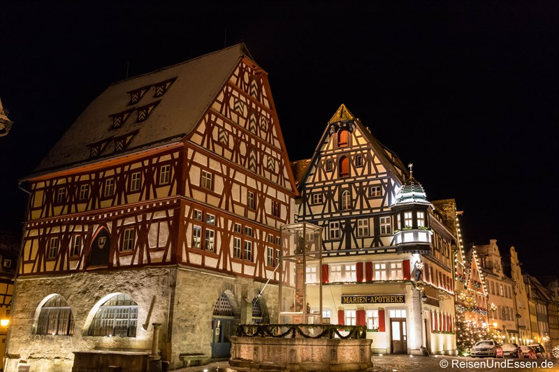 Georgsbrunnen und Fachwerkäuser in Rothenburg bei Nacht