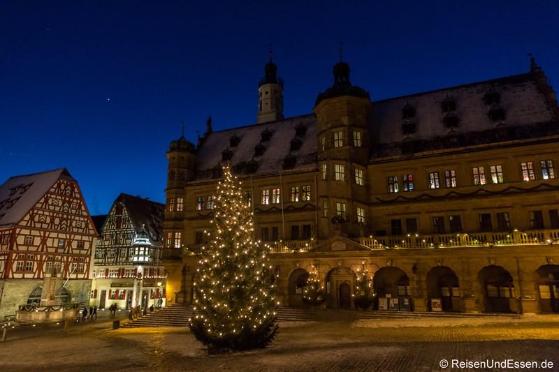Marktplatz und Rathaus in Rothenburg zur blauen Stunde