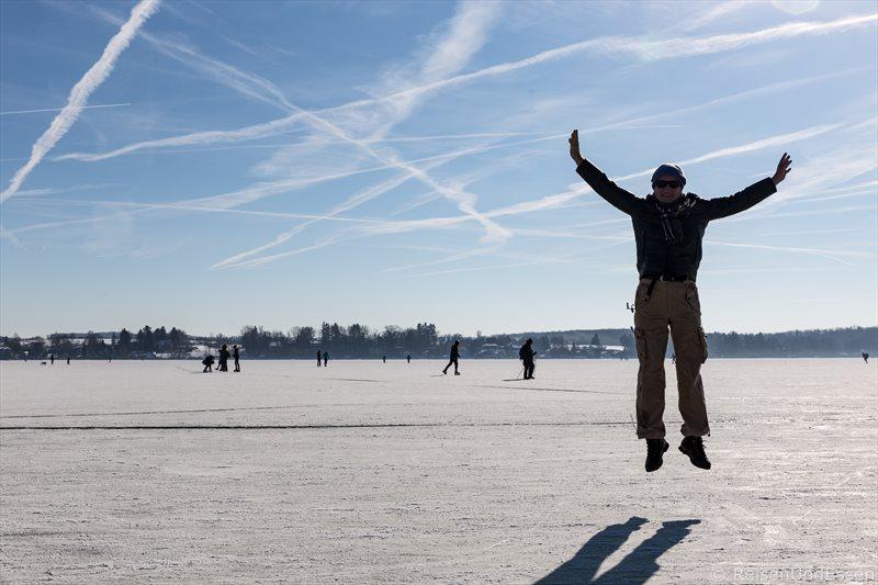 Freudensprung auf dem zugefrorenen Wörthsee