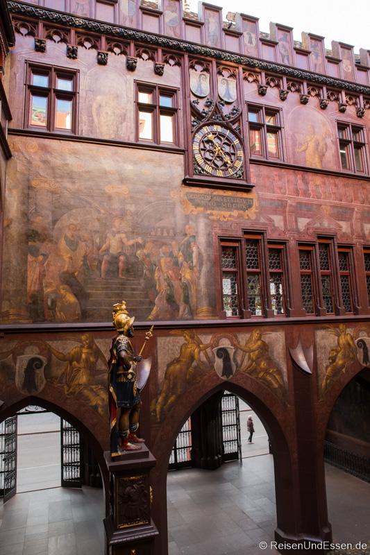 Innenhof des Rathaus in Basel mit Statue von Munatius Plancus