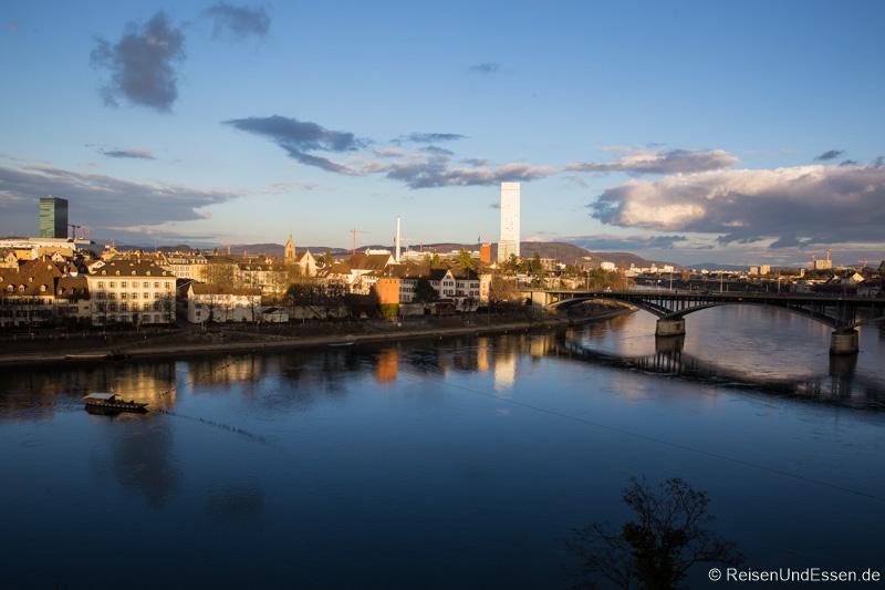 Blick auf Münsterfähre auf dem Rhein und Wettsteinbrücke