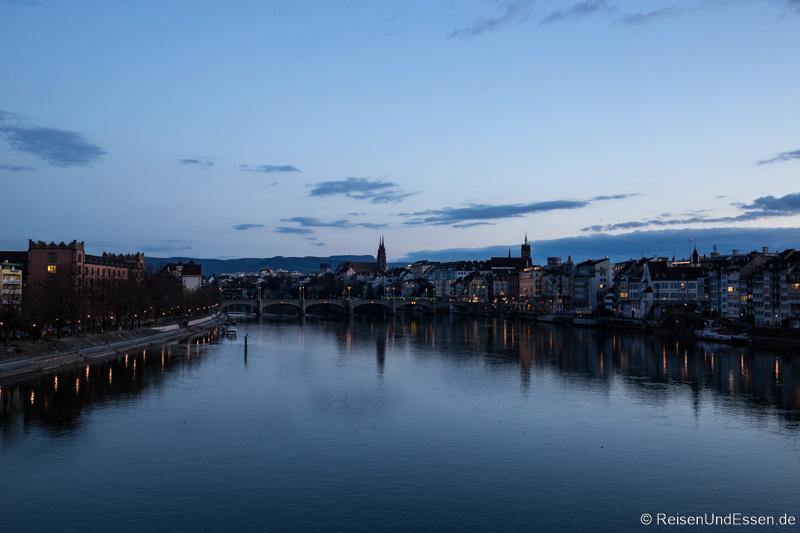 Blaue Stunde beim Rundgang durch Basel mit Blick auf Rhein und Mittlere Brücke