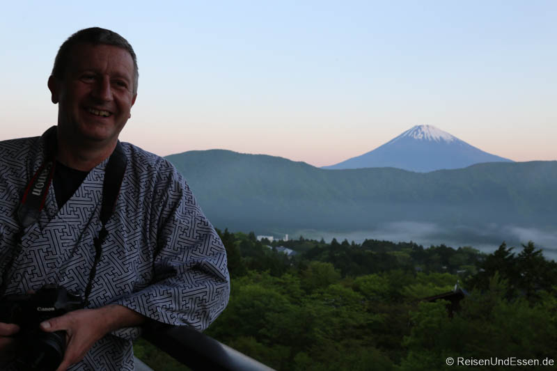 Auf dem Balkon für das Erlebnis Sonnenaufgang am Fuji