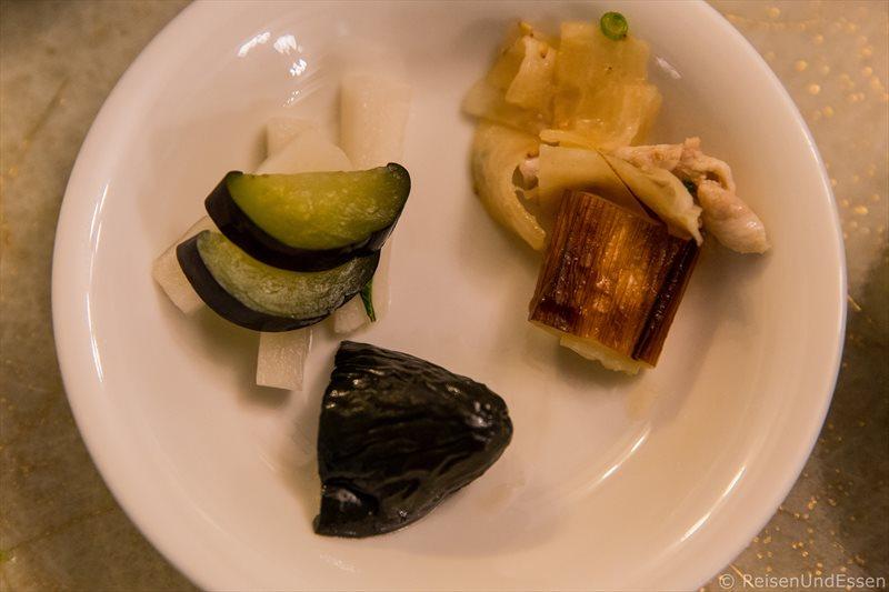 Eingelegtes Gemüse beim Abendessen im Hotel Green Plaza Hakone