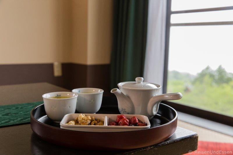 Tee und eingelegte Früchte im japanischen Zimmer