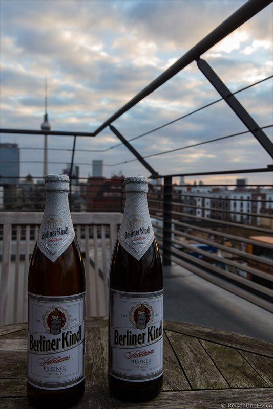 Bier am Abend auf der Dachterrasse beim Zimmer mit Aussicht auf Berliner Fernsehturm