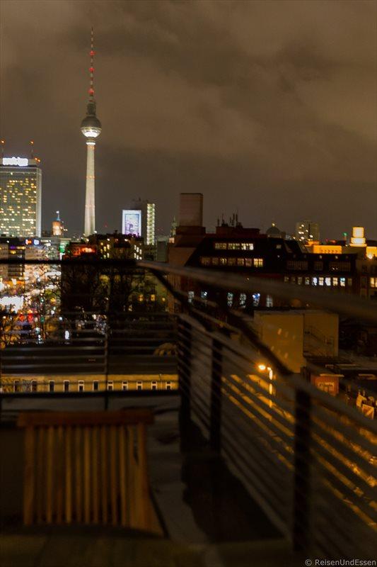 Blick vom Zimmer mit Aussicht auf den Berliner Fernsehturm bei Nacht