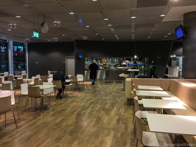 Leere Lufthansa Business Lounge am frühen Morgen