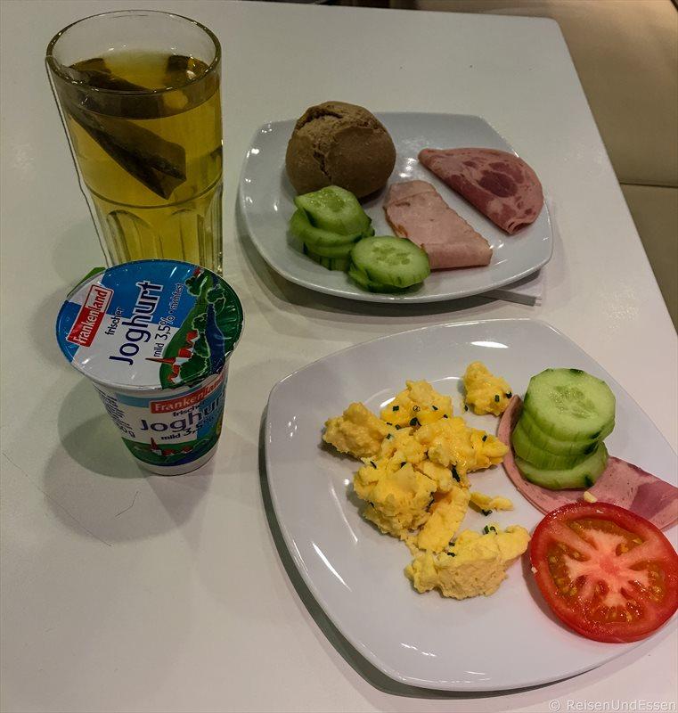 Vor dem Abflug Frühstück in den Lufthansa Business Lounge