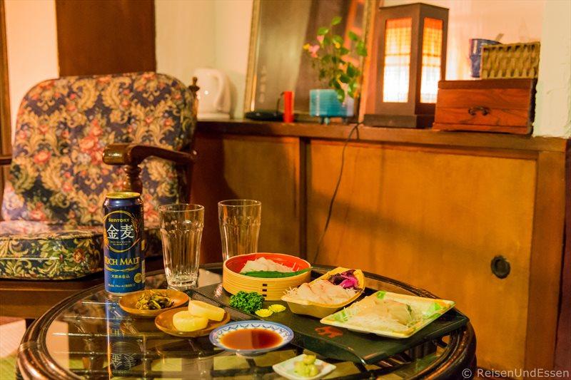 Abendessen im traditionellen Stadthaus bei der Übernachtung in Kyoto