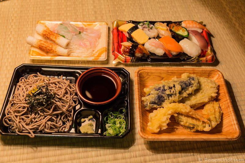 Sushi, Tempura und Nudeln beim Abendessen in Kyoto