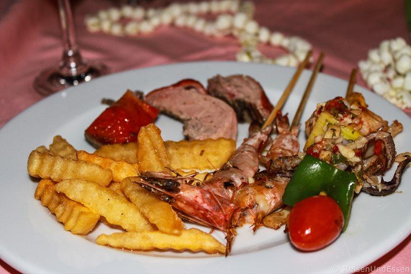 Meeresfrüchte und Fleisch beim Weihnachtsdinner im Orchidacea Resort auf Phuket
