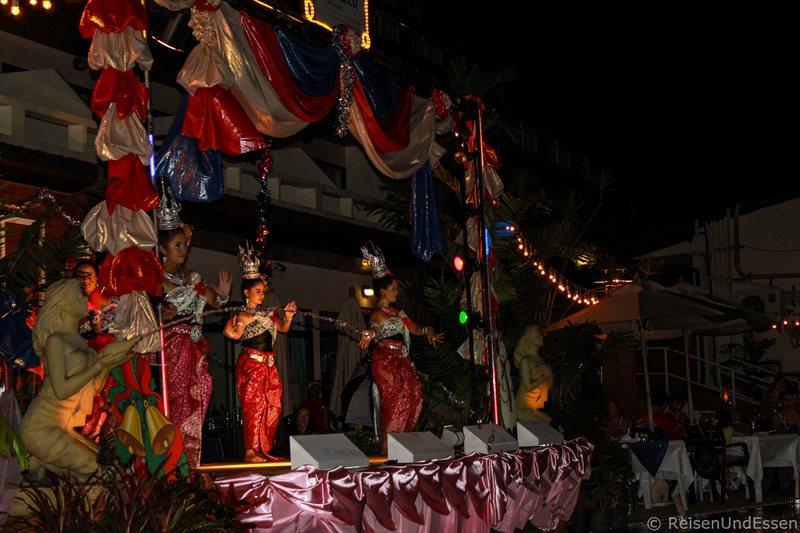 Thailändischer Tanz beim Weihnachtsdinner im Orchidacea Resort auf Phuket