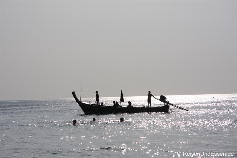 Long Tail Boat im Gegenlicht
