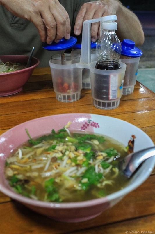 Thailändische Nudelsuppe und Zutaten am Nai Harn Beach