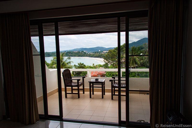 Blick vom Deluxe-Zimmer im Ochidacea-Resort auf den Kata Beach auf Phuket