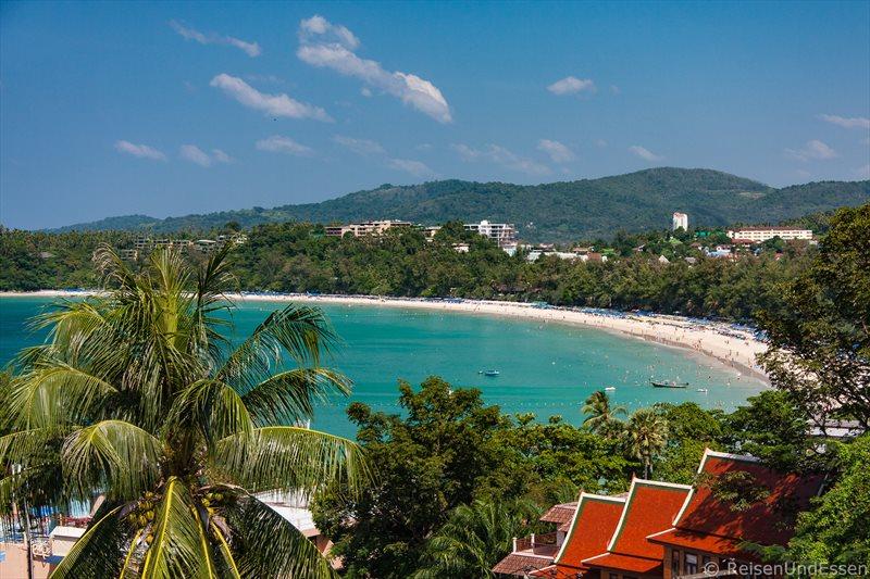 Blick vom Balkon im Ochidacea-Resort auf den Kata Beach auf Phuket