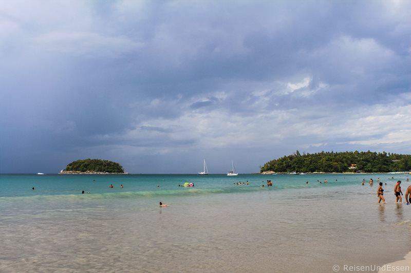 Blick auf das Meer am Kata Beach auf Phuket