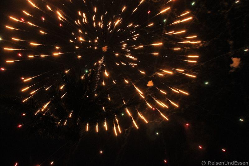Feuerwerk zu Silvester am Nai Harn Beach auf Phuket