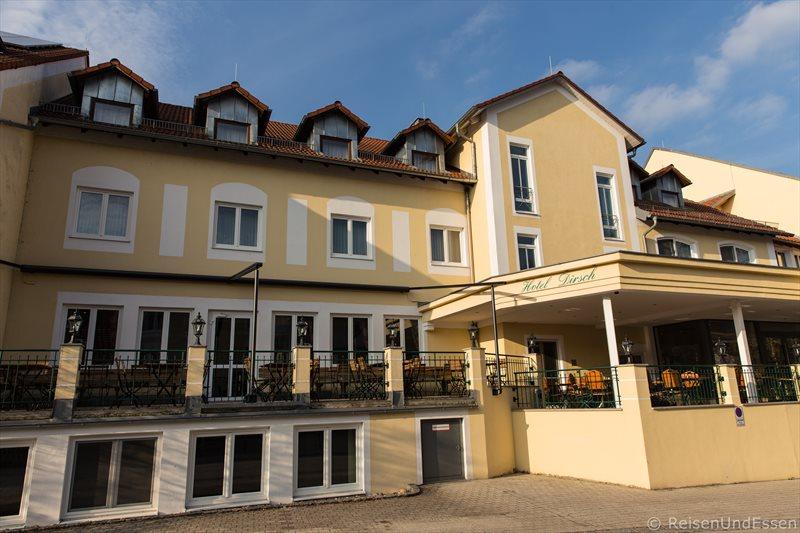 Außenansicht vom Hotel Dirsch in Emsing im Naturpark Altmühltal