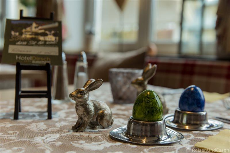 Tisch mit Oster-Dekoration beim Frühstück