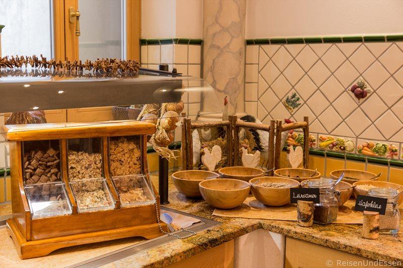 Ecke beim Frühstücksbuffet mit Müsli, Kernen und Nüssen
