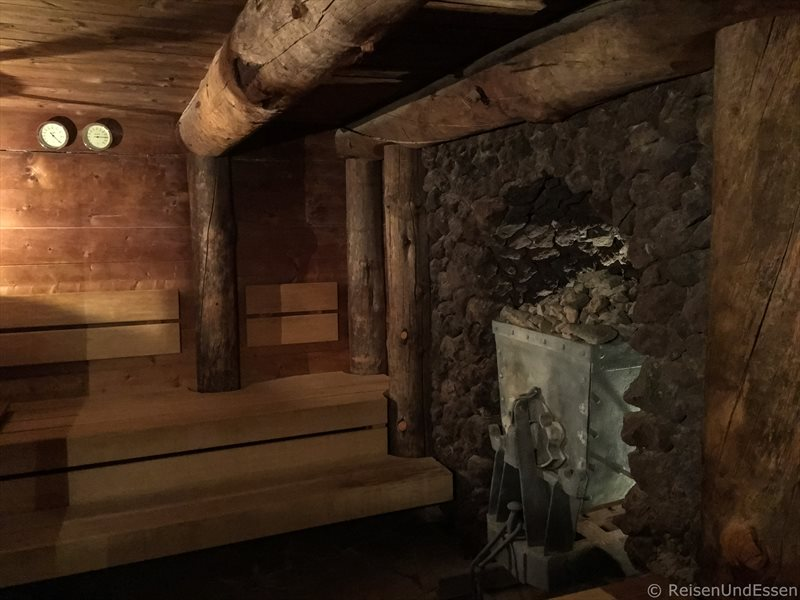 Sauna mit Lore aus dem Bergwerk als Ofen