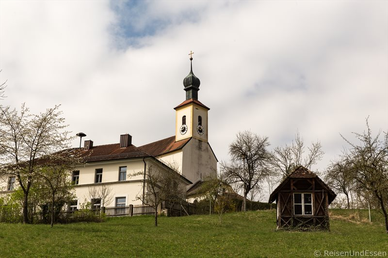 Kirche in Rieshofen im Naturpark Altmühltal