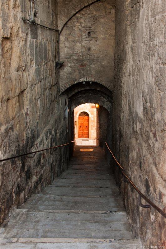 Stufen in einer Gasse in Colle Alto