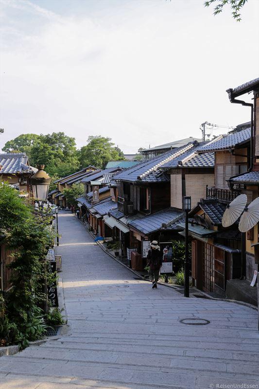 Gassen in Kyoto im morgendlichen Sonnenlicht
