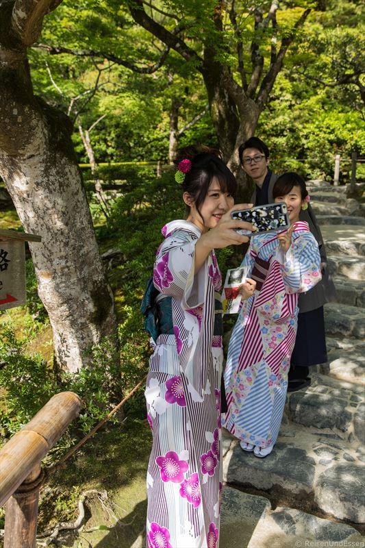Japanische Frauen im Kimono beim Selfie