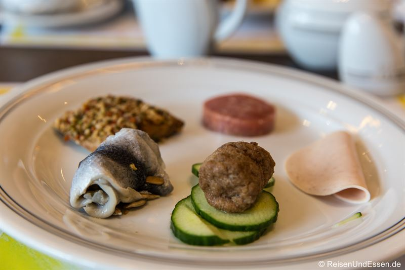 Fisch und Wurst zum Frühstück