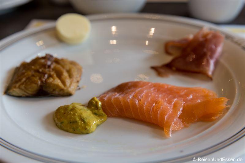 Lachs und geräucherter Fisch zum Frühstück