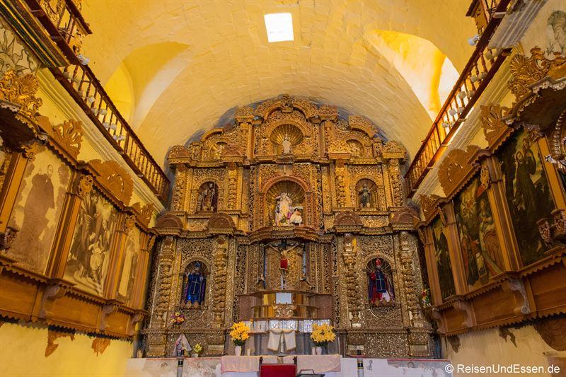Altar in der Kirche in Maca