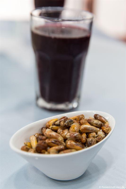 Maiskörner und Maissaft zu Ceviche