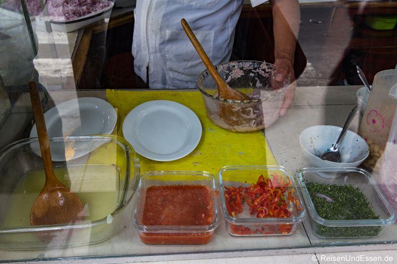 Zubereitung von Ceviche in einem Imbiss in Lima