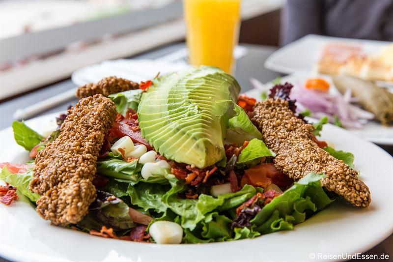 Gemischter Salat mit Avocado in einem Restaurant in Lima