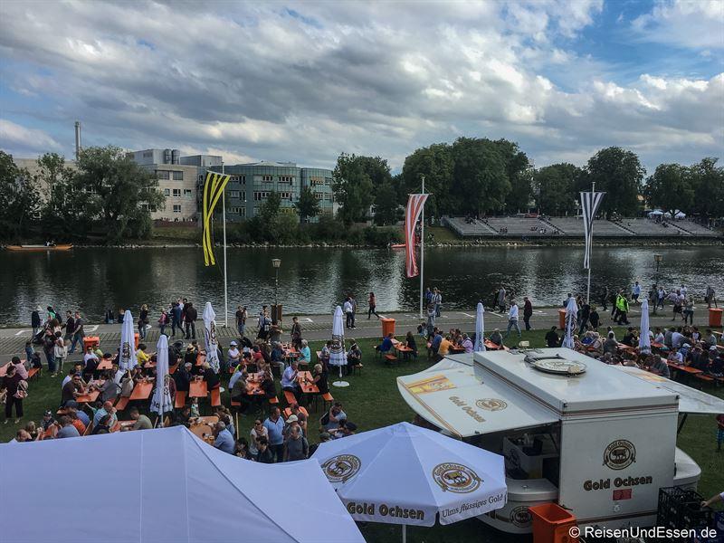 Essen und Trinken am Donauufer beim Fischerstechen