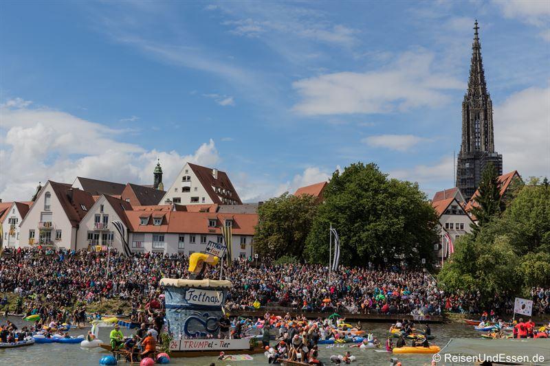 Motivboot mit Trump beim Nabada in Ulm