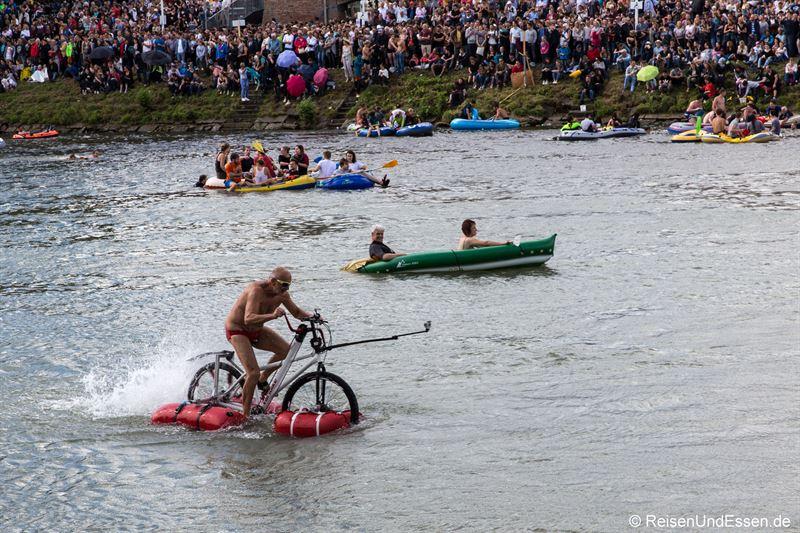 Fahrradfahrer auf der Donau beim Nabada in Ulm - Ulmer Festtage